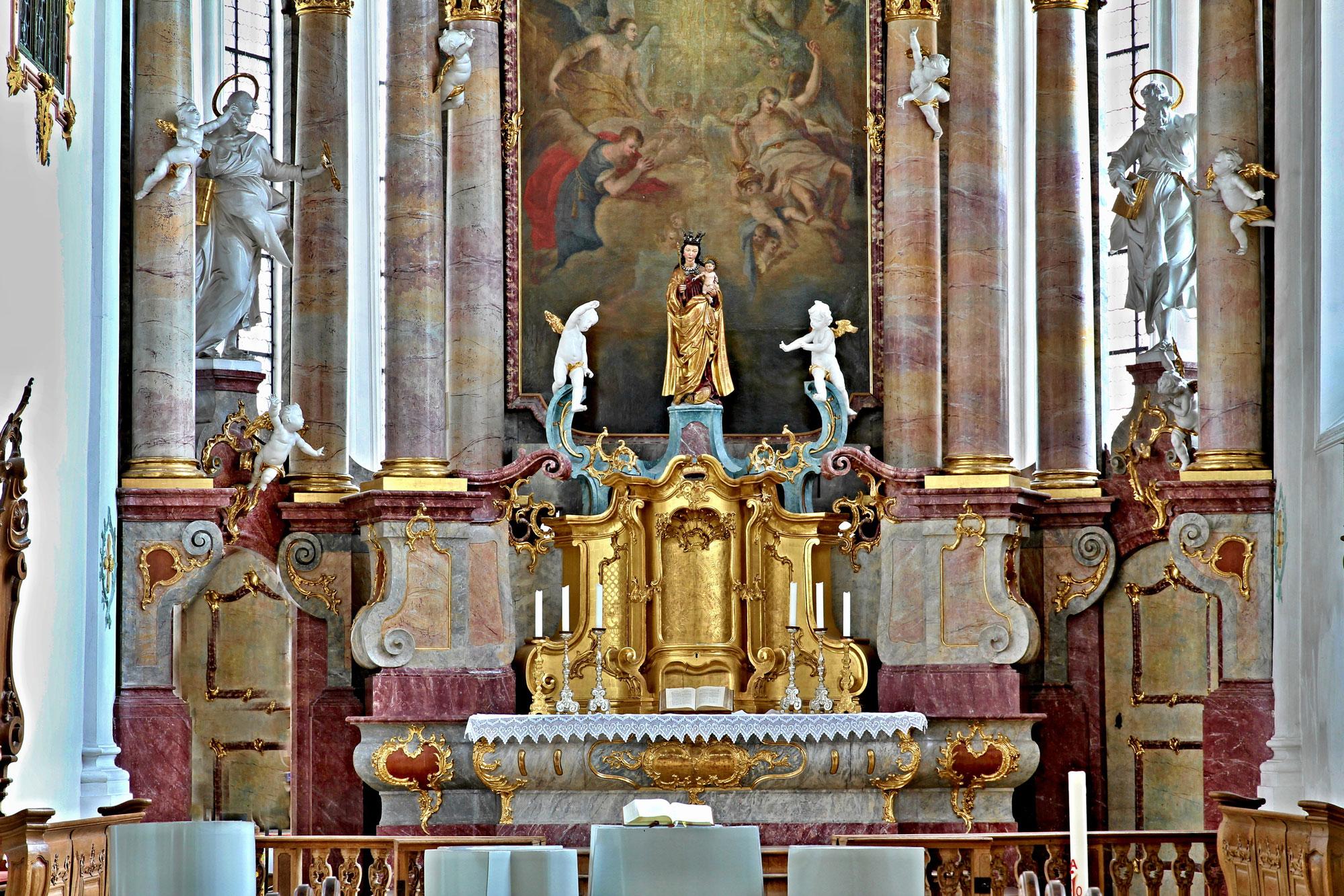 Chorraum mit Hochaltar und der Madonna von der Augenwende